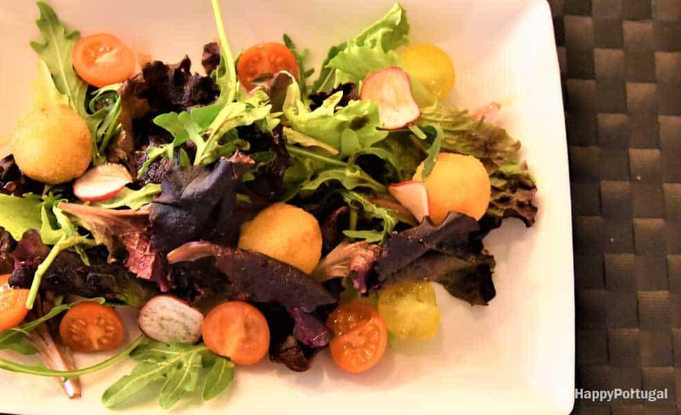 Salada do Book com queijo de cabra panado e mel